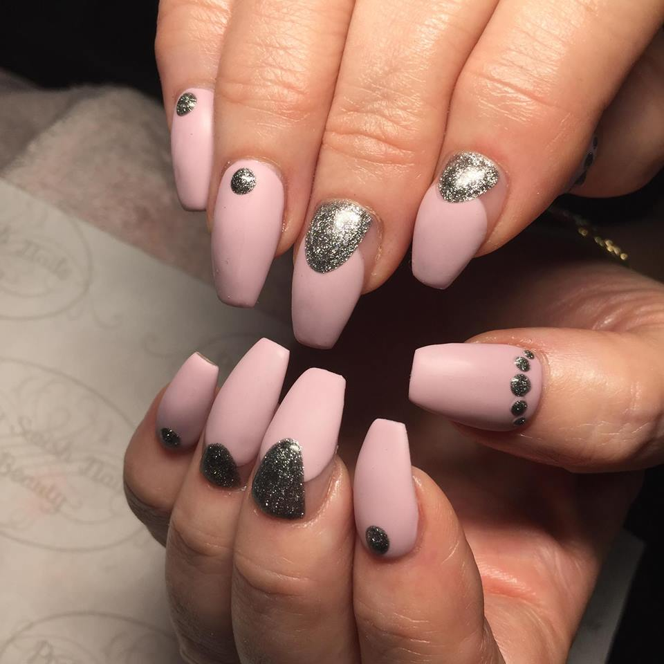 Матовый маникюр розовый с серебром