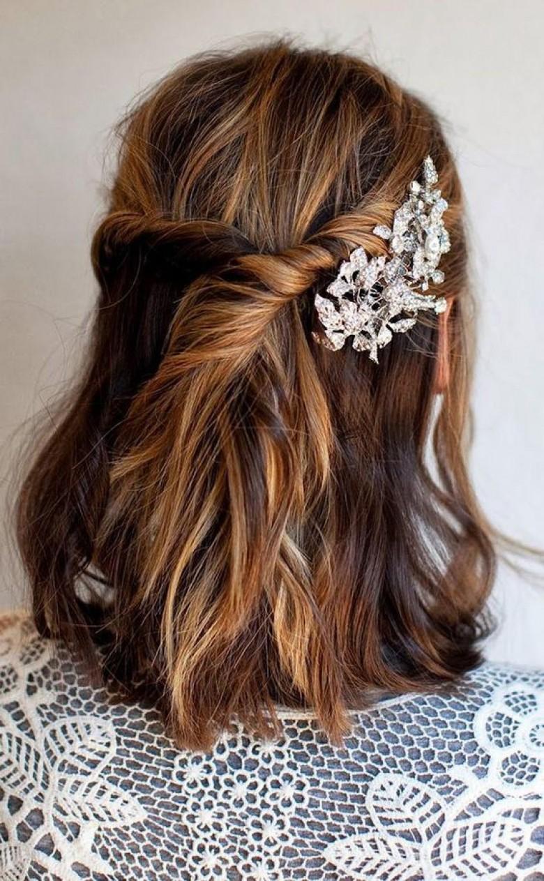 Свадебная прическа 2018 на средние волосы с заколкой