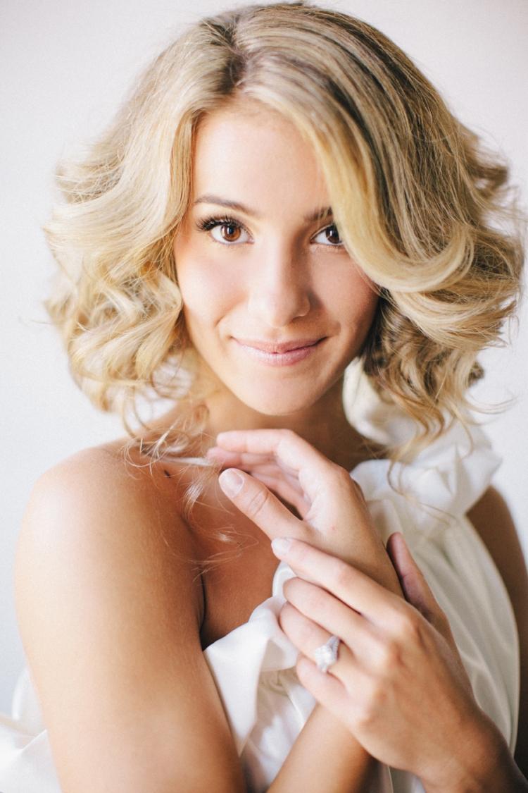 Свадебная прическа 2018 на средние волосы с завивкой