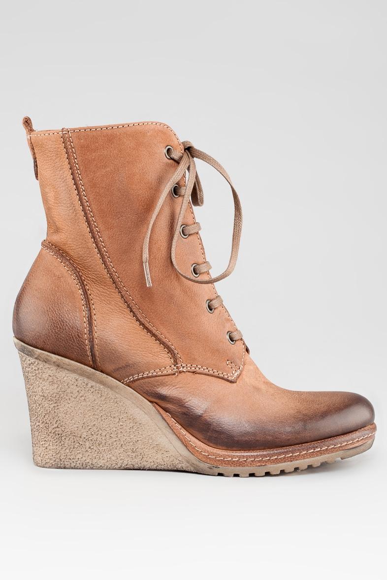 Коричневые ботинки со шнуровкой на танкетке