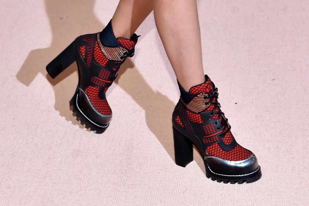Красные ботинки на тракторной подошве
