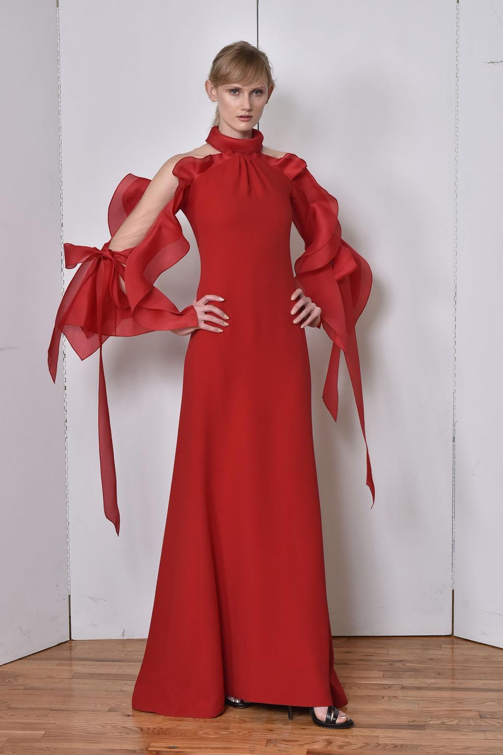 Платье с разрезом и бантами