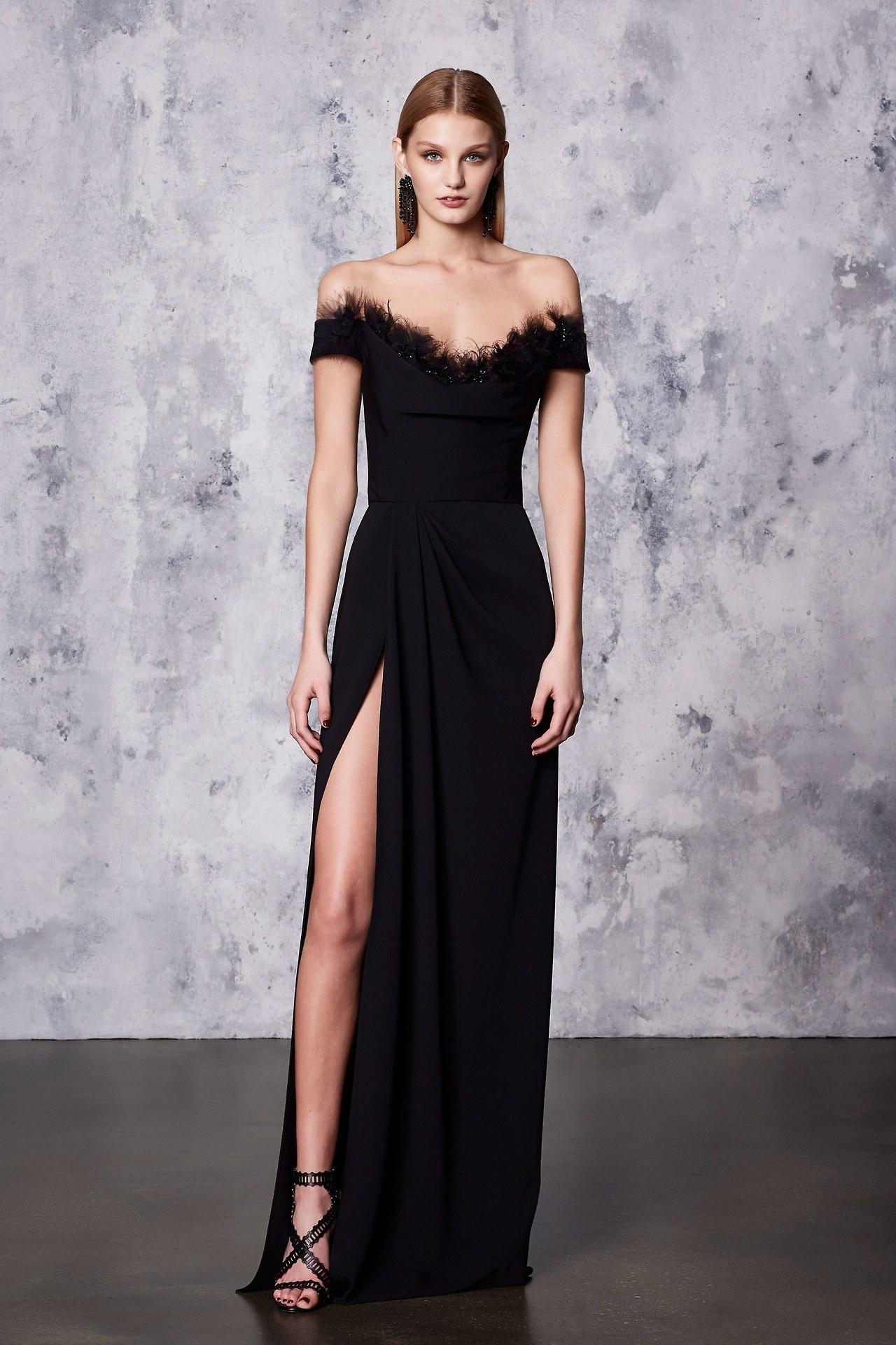 Платье с разрезом и перьями