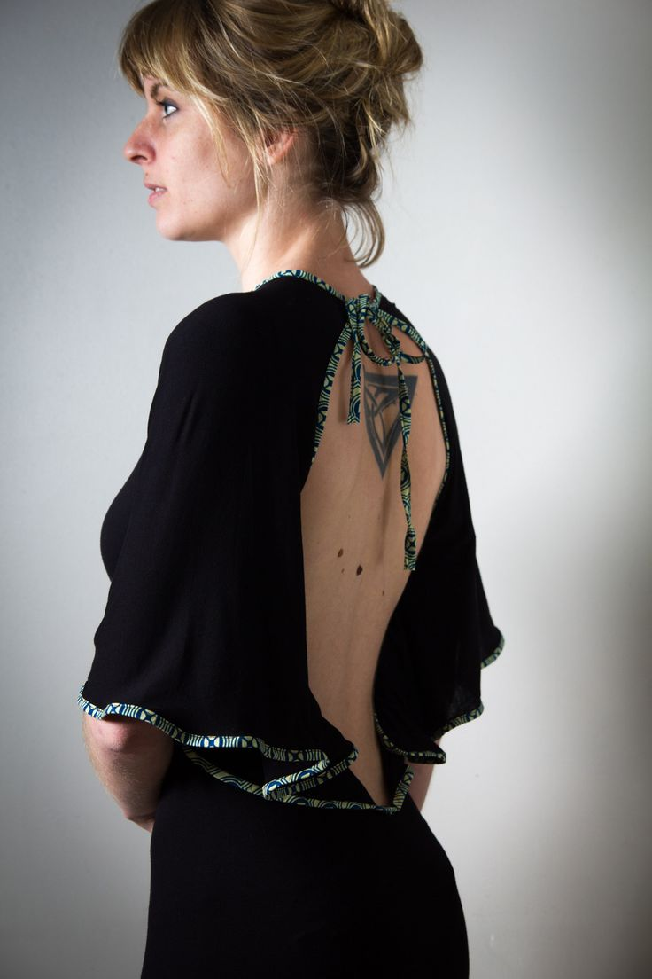 Платье с открытой спиной и воланами