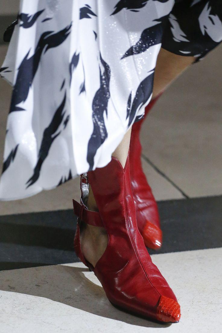 Красные ботинки с вырезом