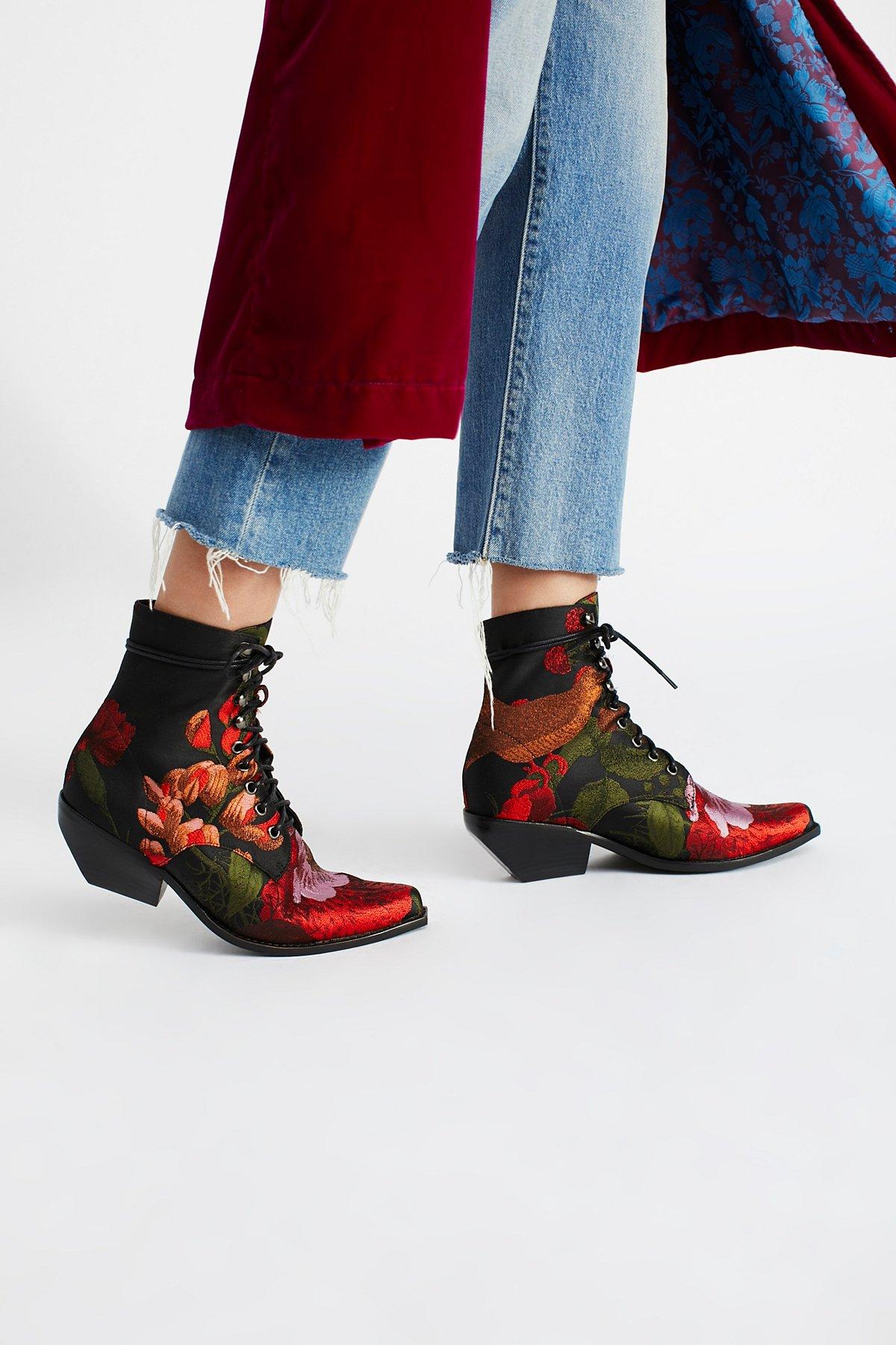 Красные ботинки с вышивкой