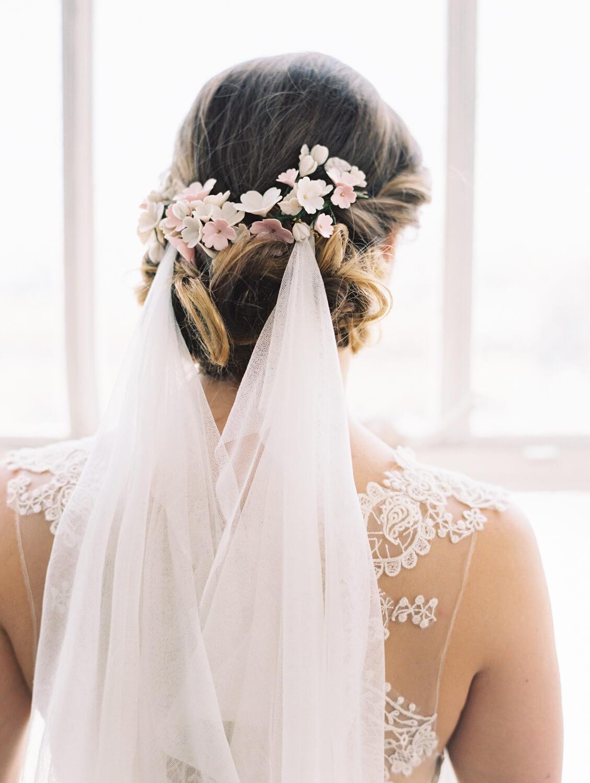 Свадебная прическа 2018 с заколкой