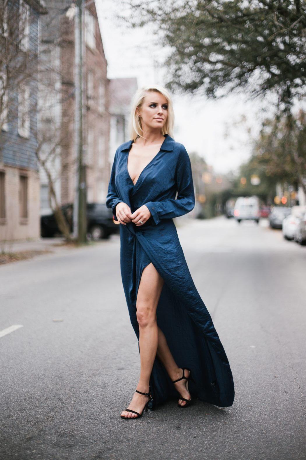 Платье с разрезом на запах