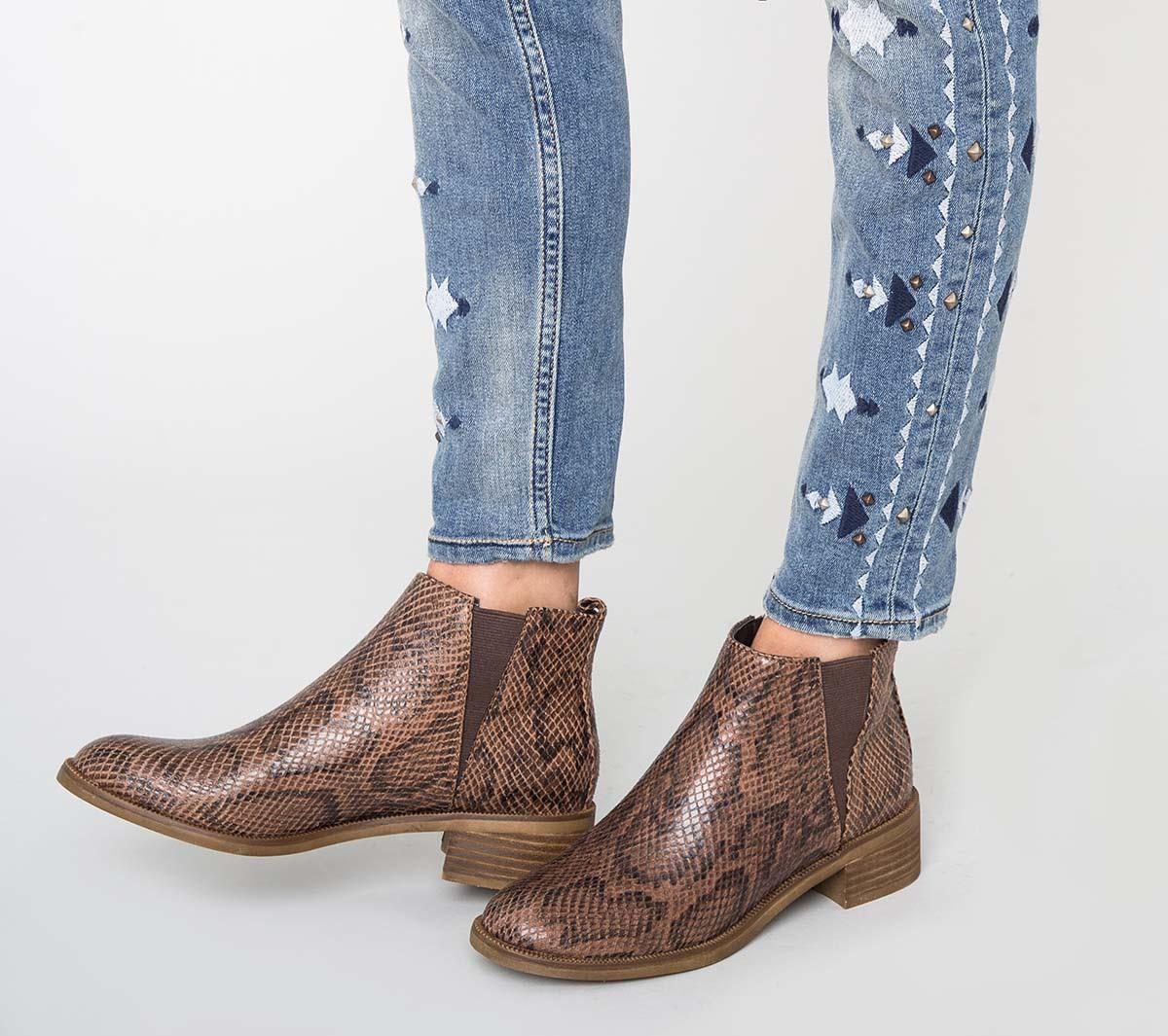 Коричневые ботинки женские под змею