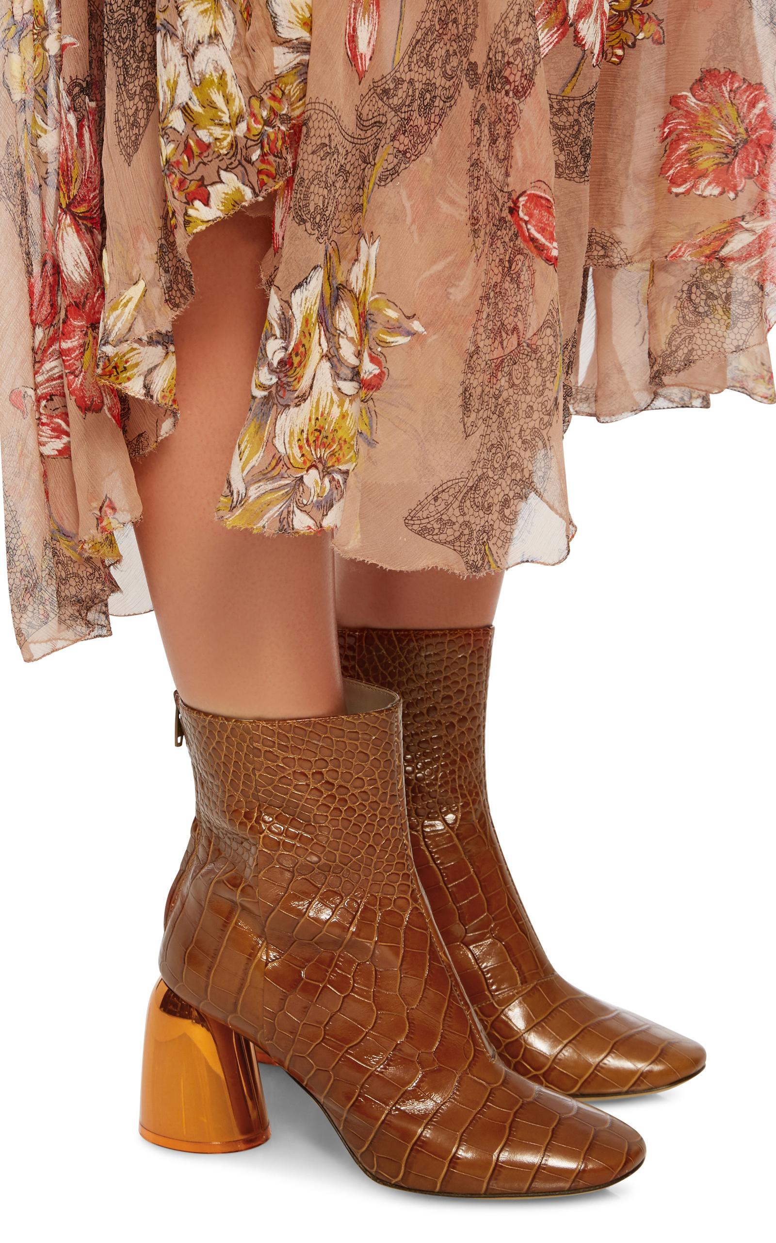 Коричневые ботинки на золотом каблуке