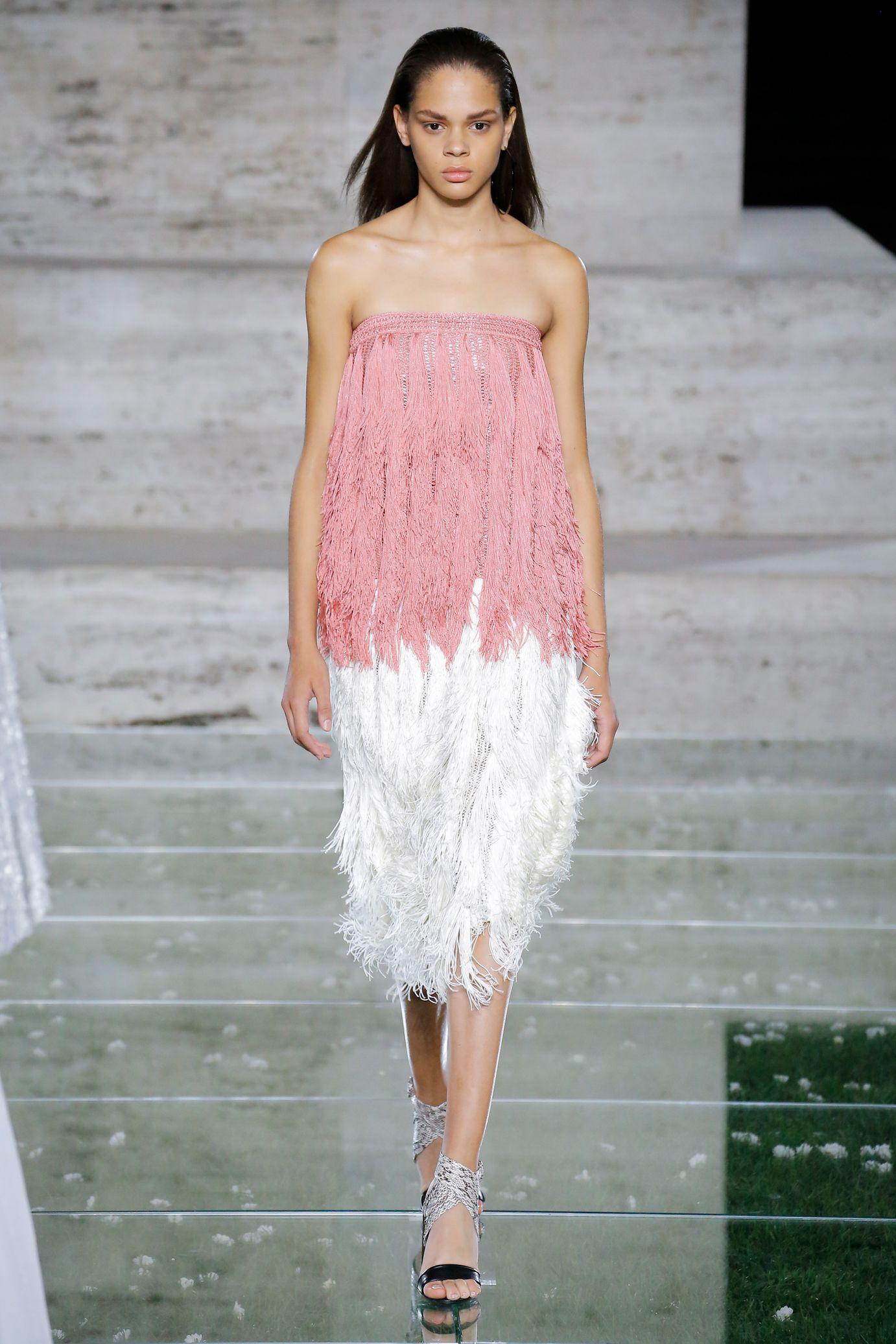 Salvatore Ferragamo весна лето 2018 платье с бахромой
