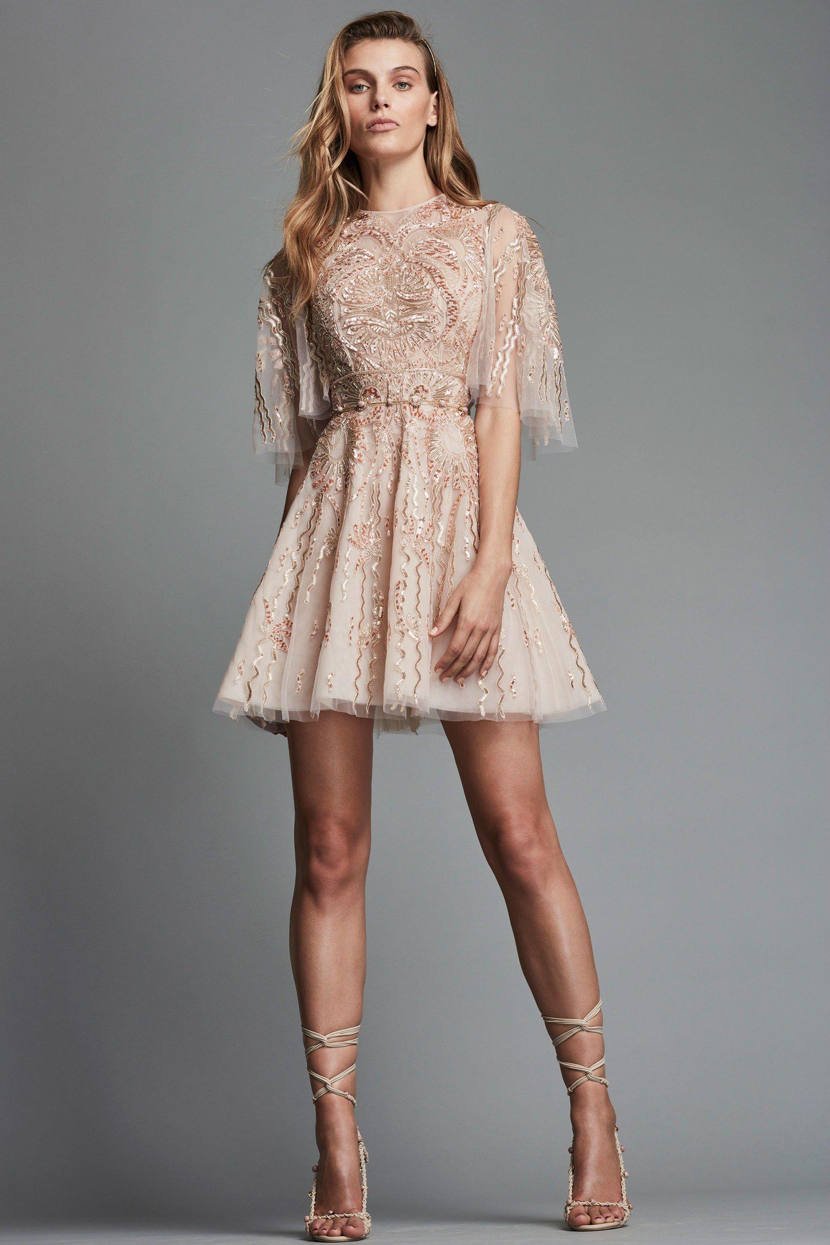 Расклешенное платье бежевое