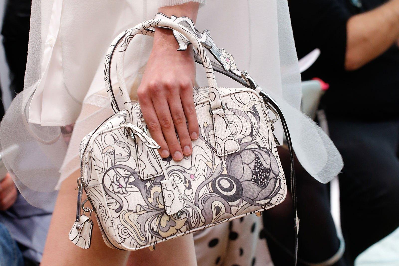 Prada весна лето 2018 белая сумка