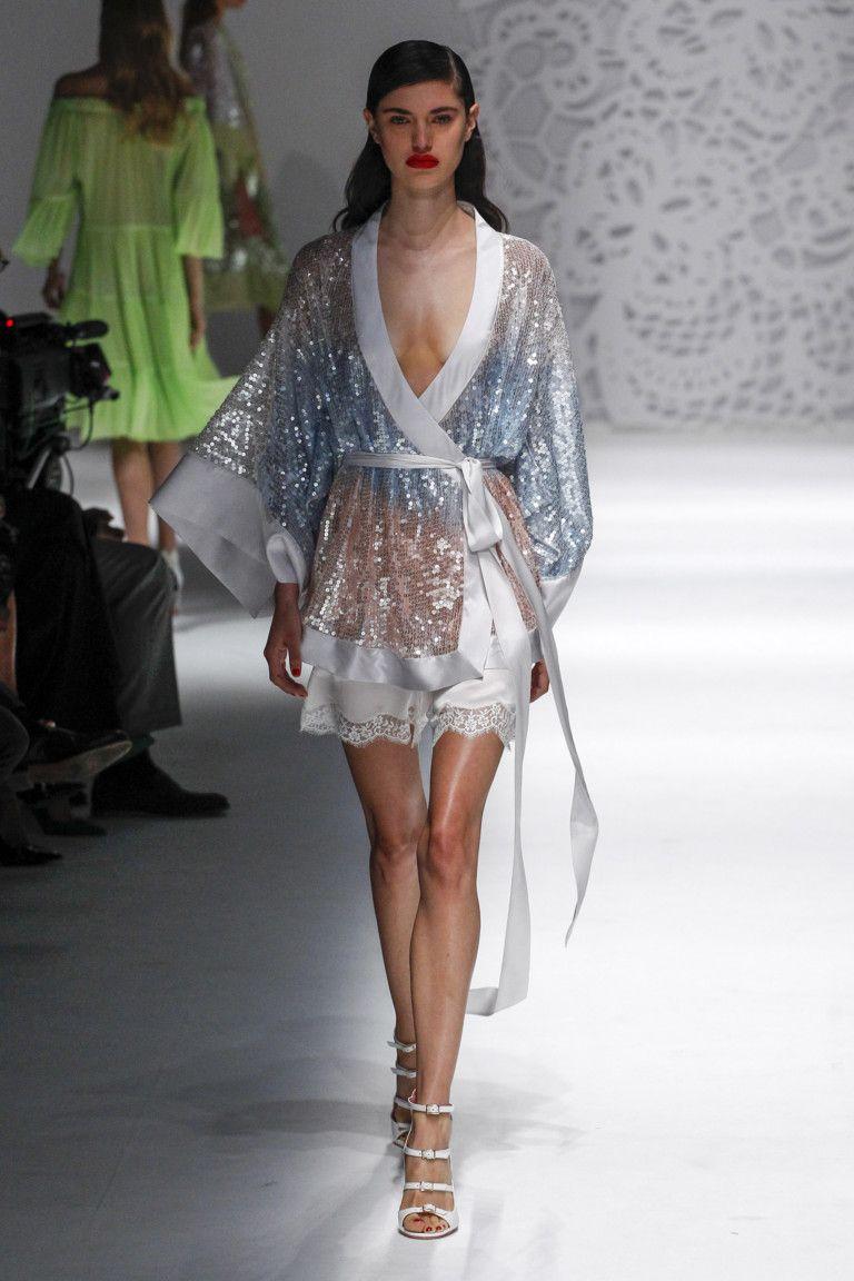 Blumarine весна лето 2018 блестящий халат