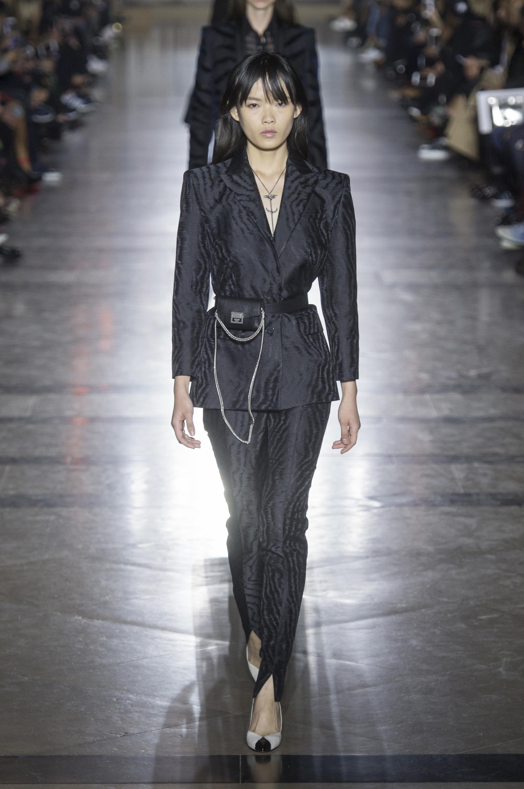 Givenchy весна лето 2018 черный костюм
