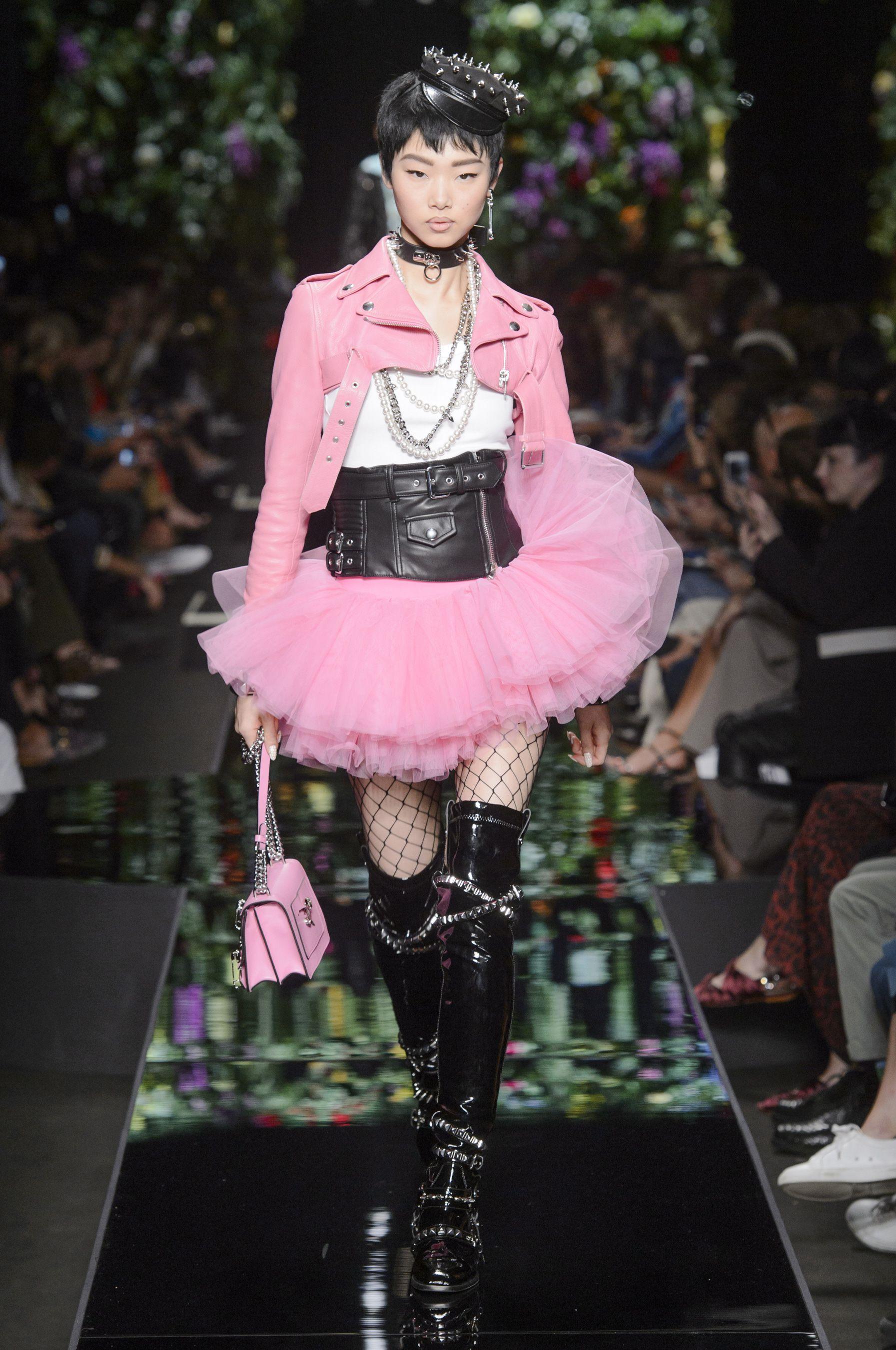 Moschino весна лето 2018 черно-розовое платье