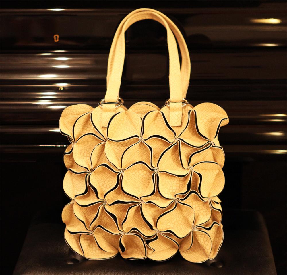 Кожаная сумка женская цветок