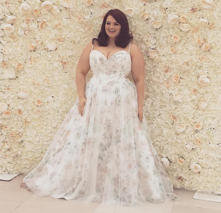 Свадебное платье для полных с цветами