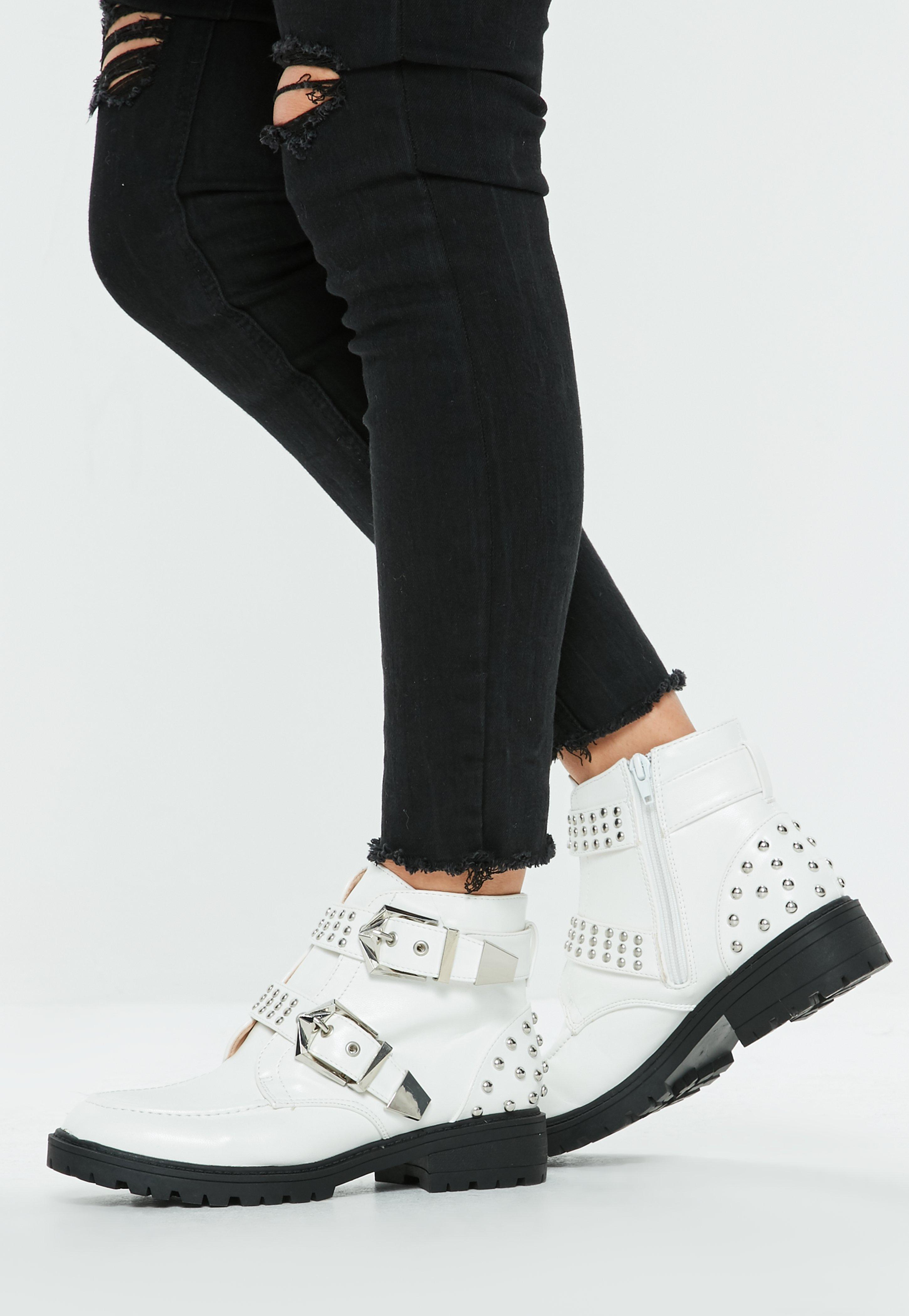 Белые ботинки с декором