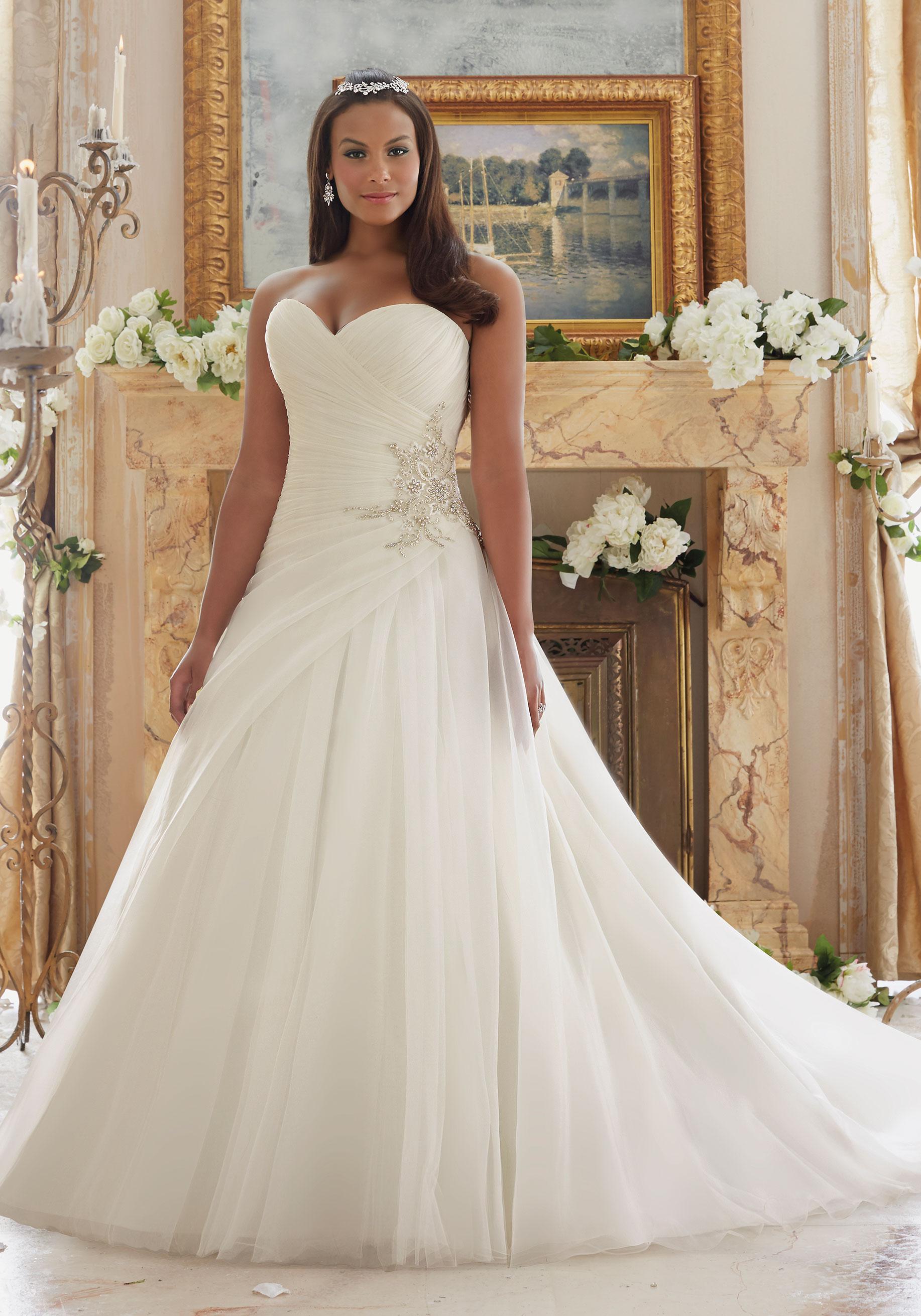 Свадебное платье для полных с диадемой