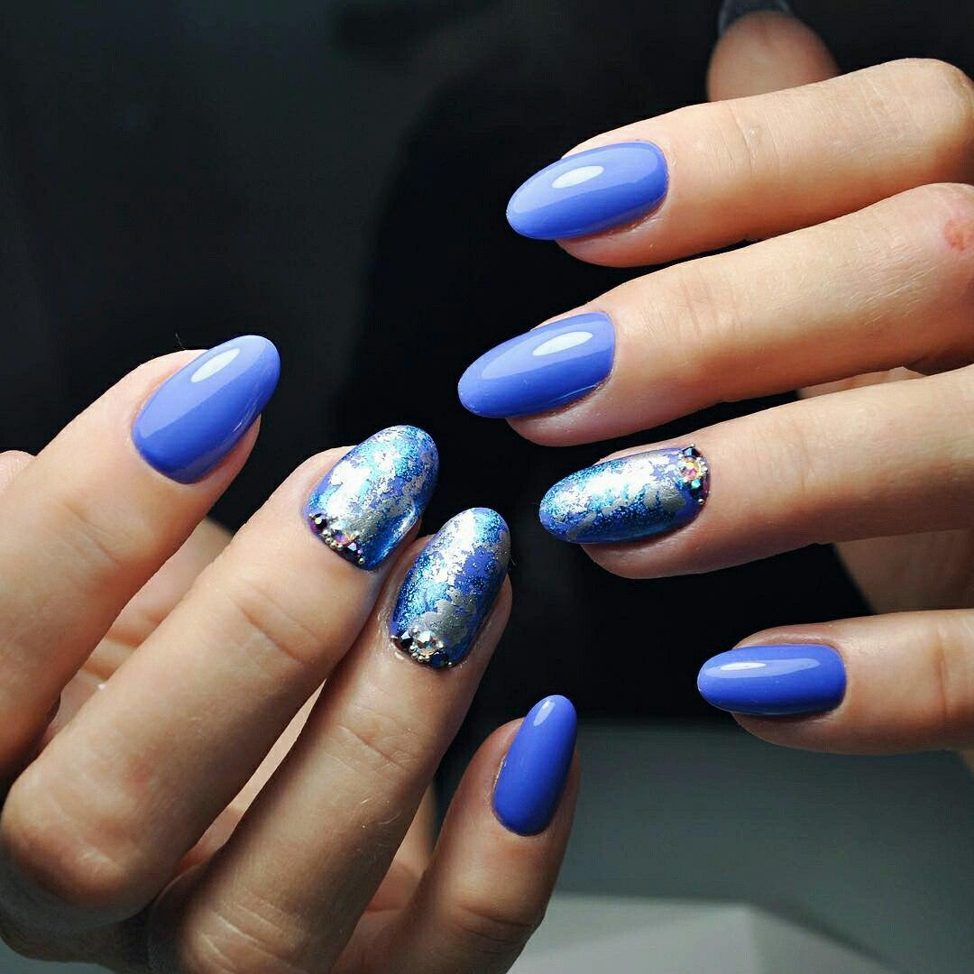 Маникюр битое стекло голубой со стразами
