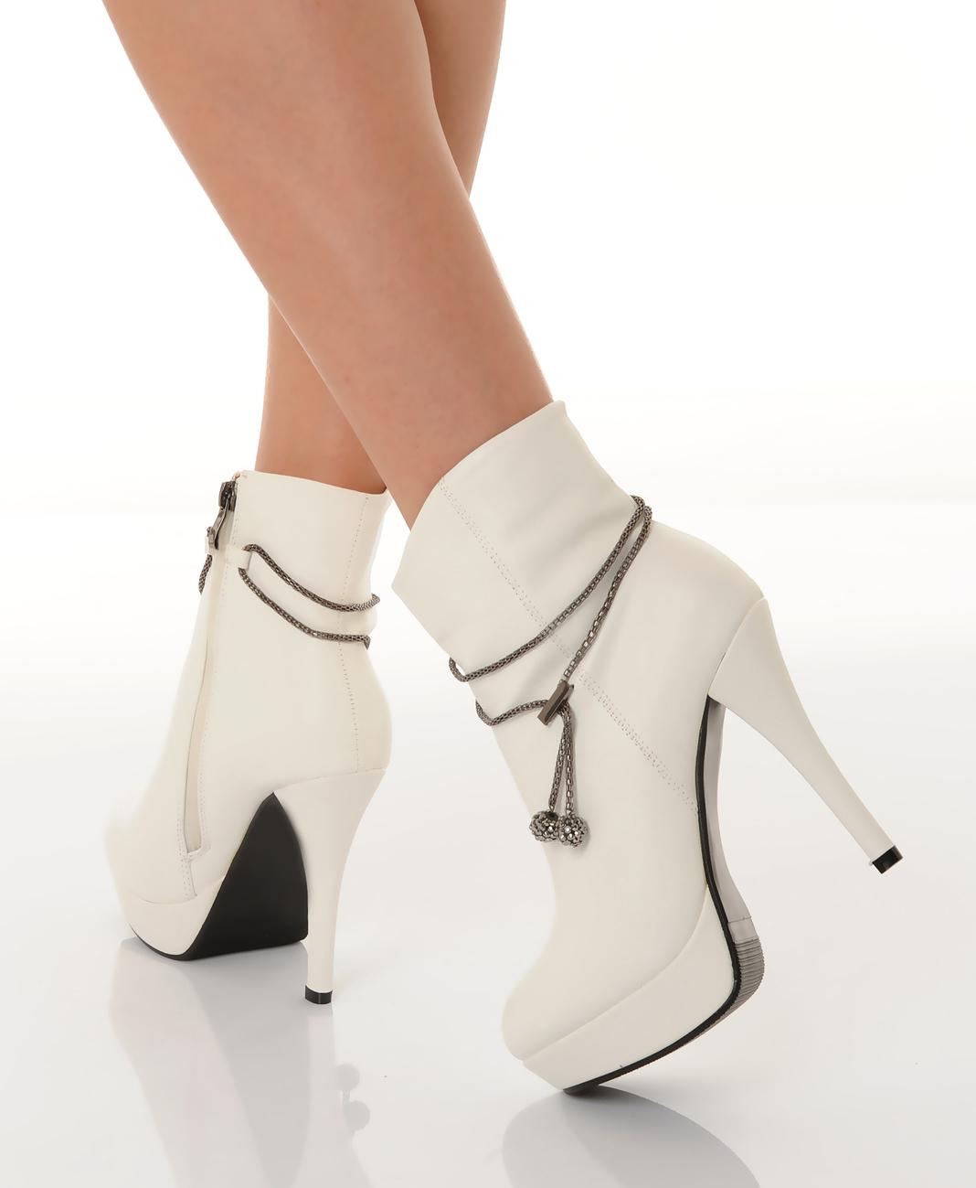 Белые ботинки на каблуке