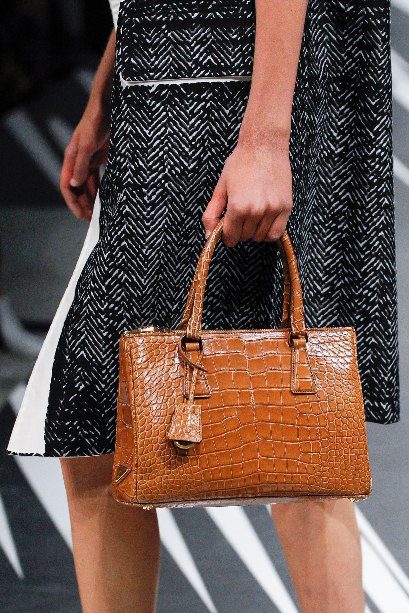 Prada весна лето 2018 коричневая сумка под крокодила