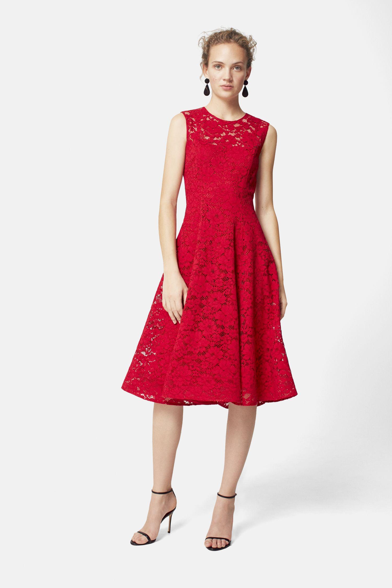 Расклешенное платье красное кружевное
