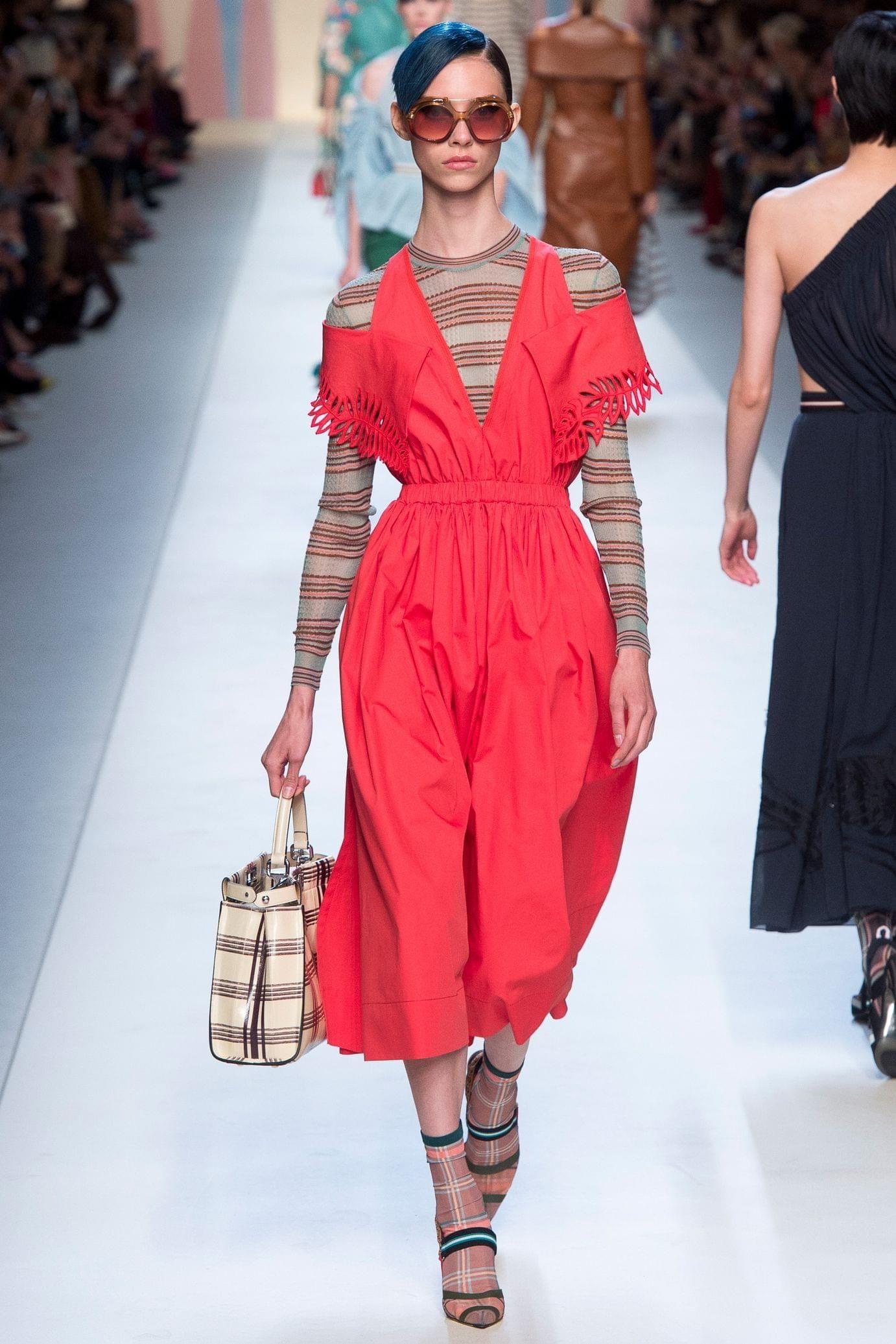 Fendi весна лето 2018 красное платье