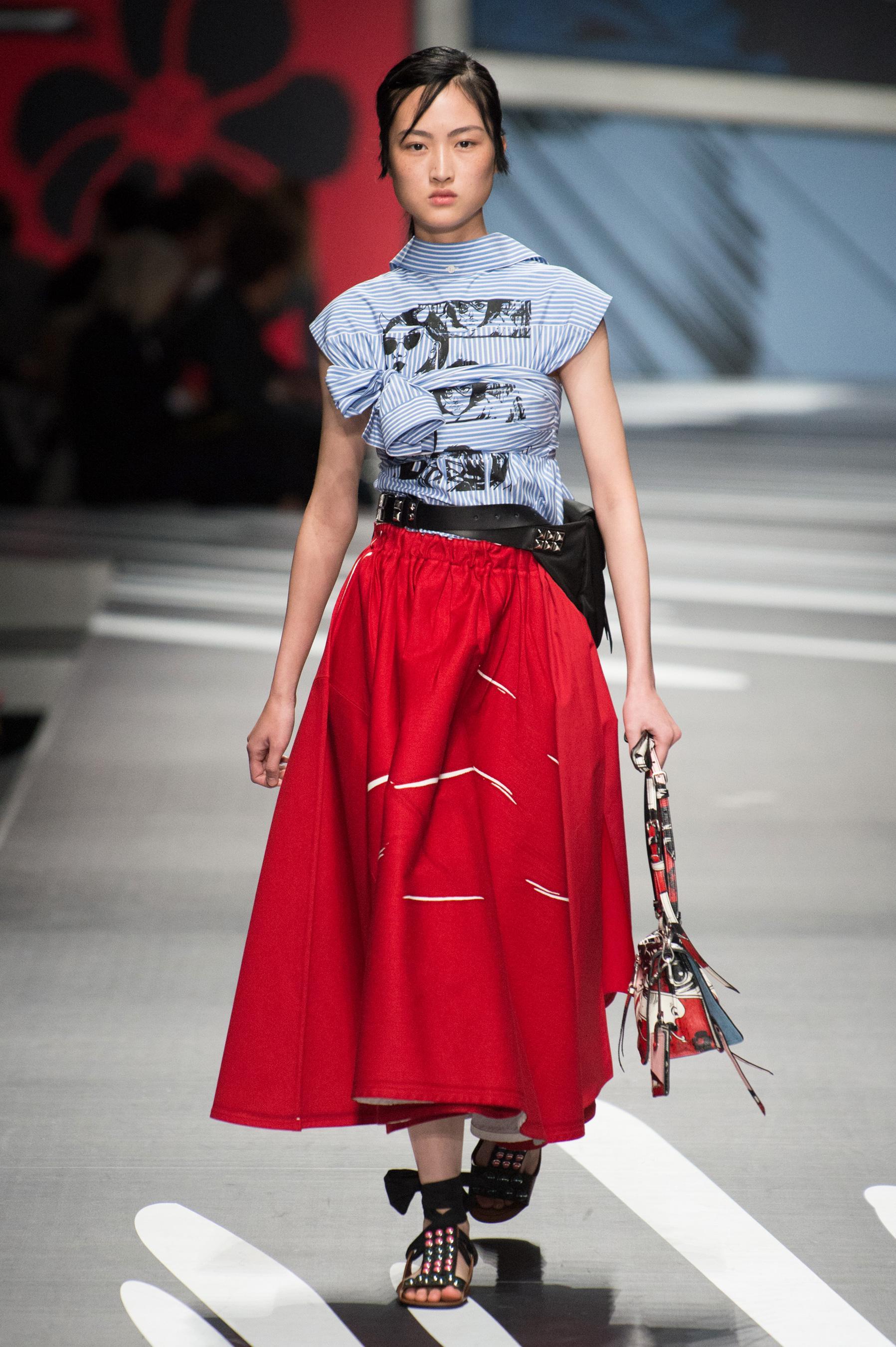 Prada весна лето 2018 красная юбка