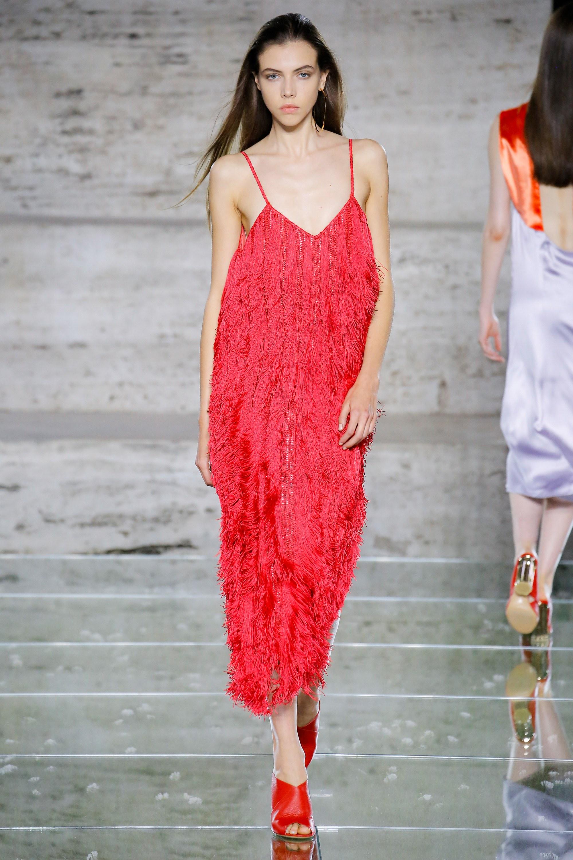 Salvatore Ferragamo весна лето 2018 красное платье с бахромой