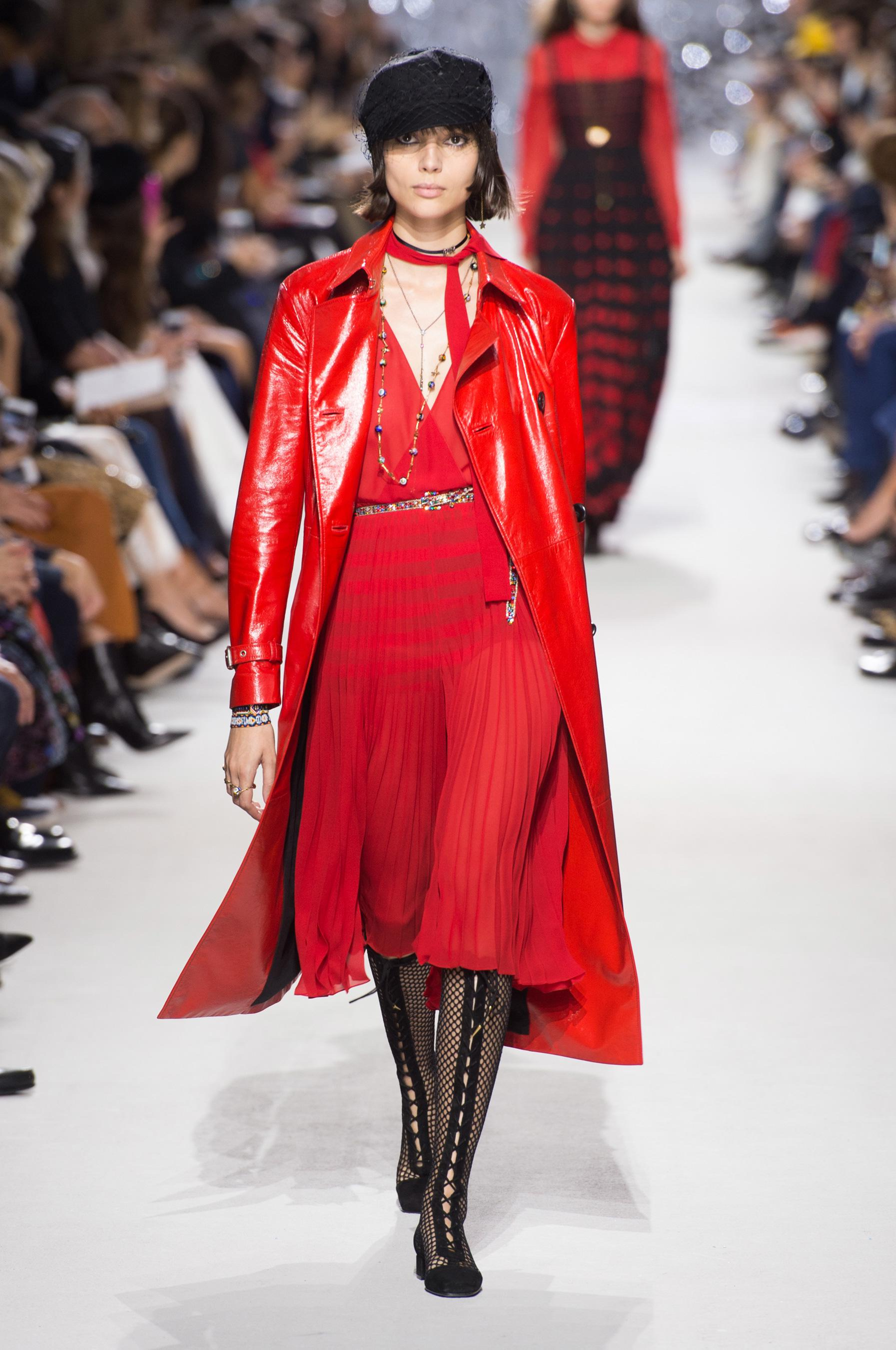 Christian Dior весна лето 2018 красное пальто
