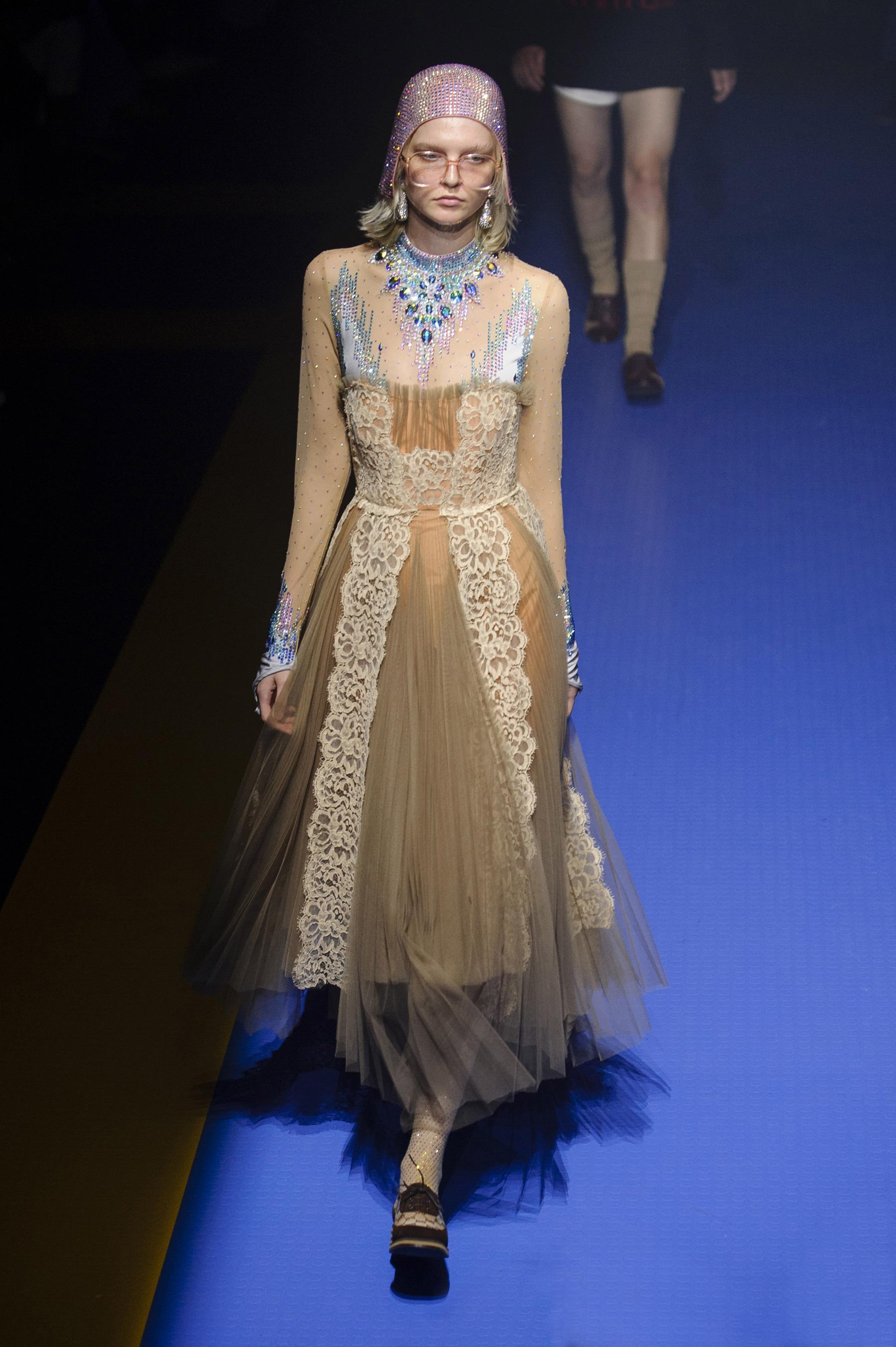 Gucci весна лето 2018 платье с кружевом
