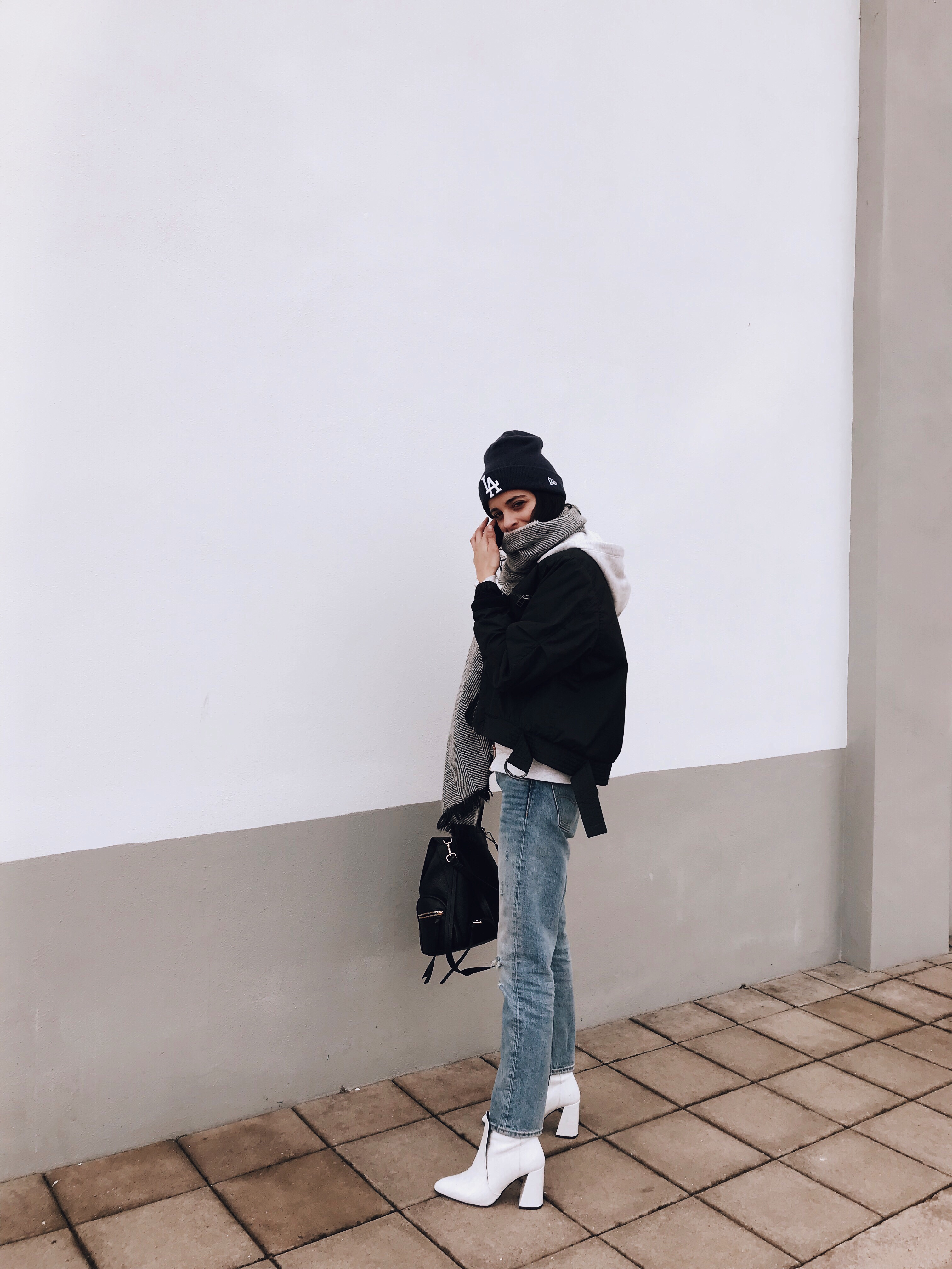 Белые ботинки с курткой