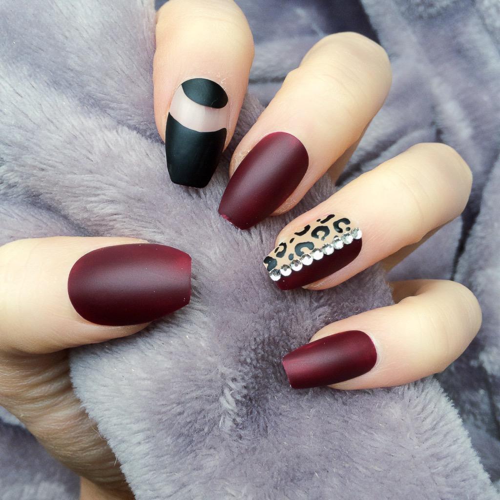 Бордовый маникюр леопардовый
