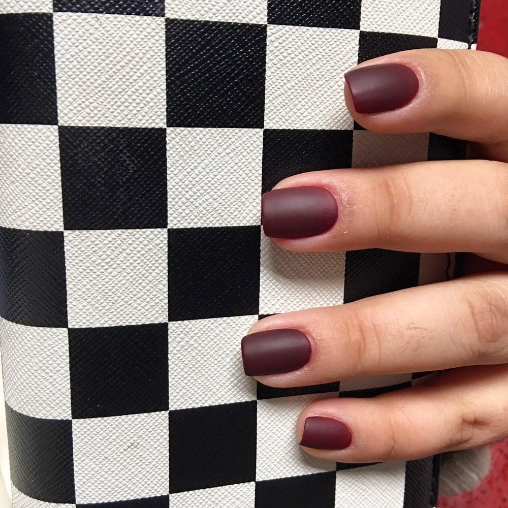 Бордовый маникюр матовый на короткие ногти