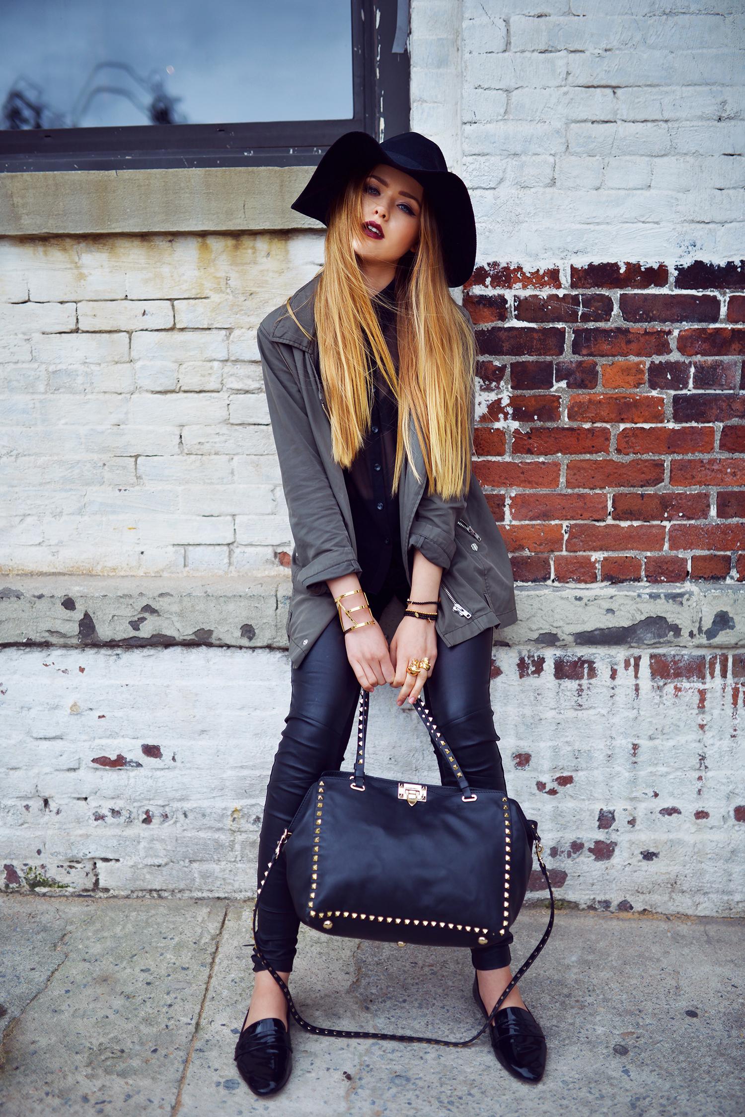 Кожаная сумка женская с металлическим декором