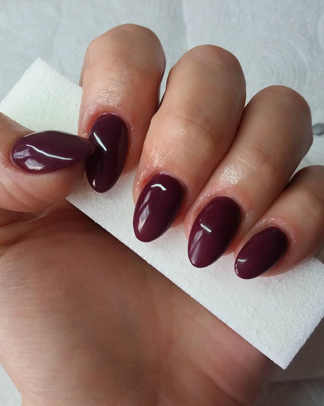 Бордовый маникюр на миндальные ногти