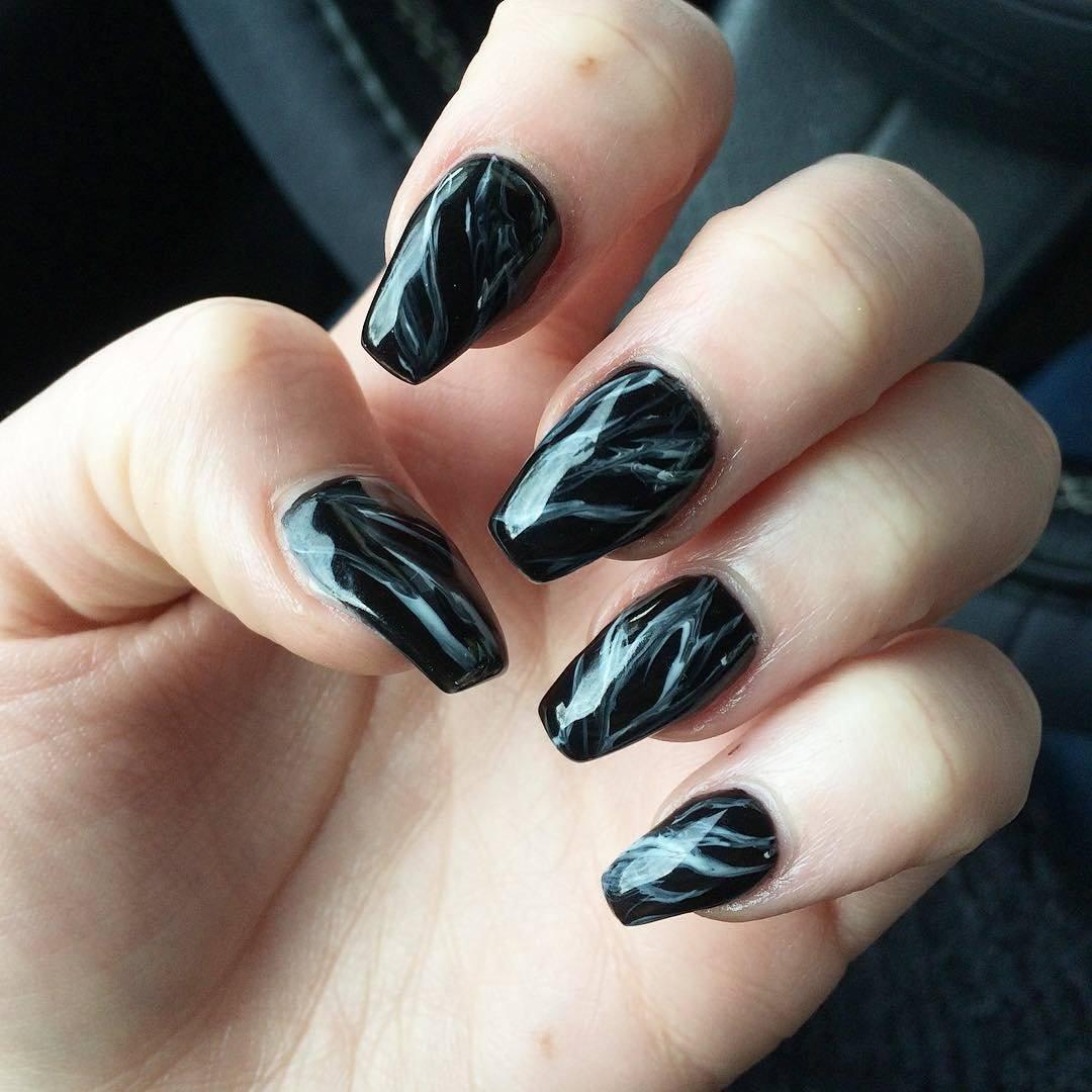 Черный маникюр мраморный для длинных ногтей