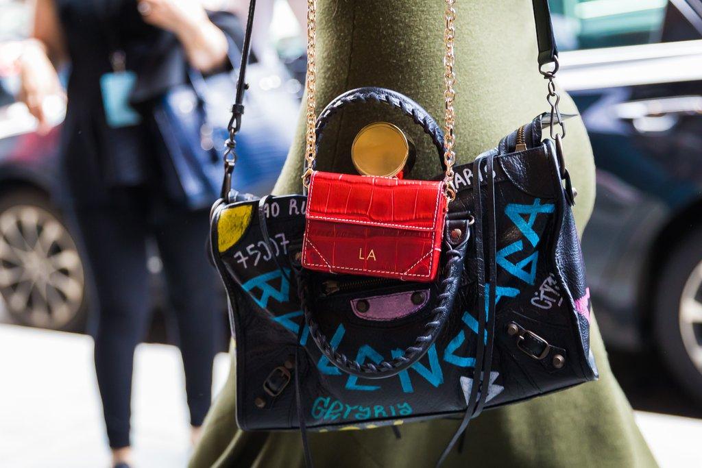Кожаная сумка женская с надписями