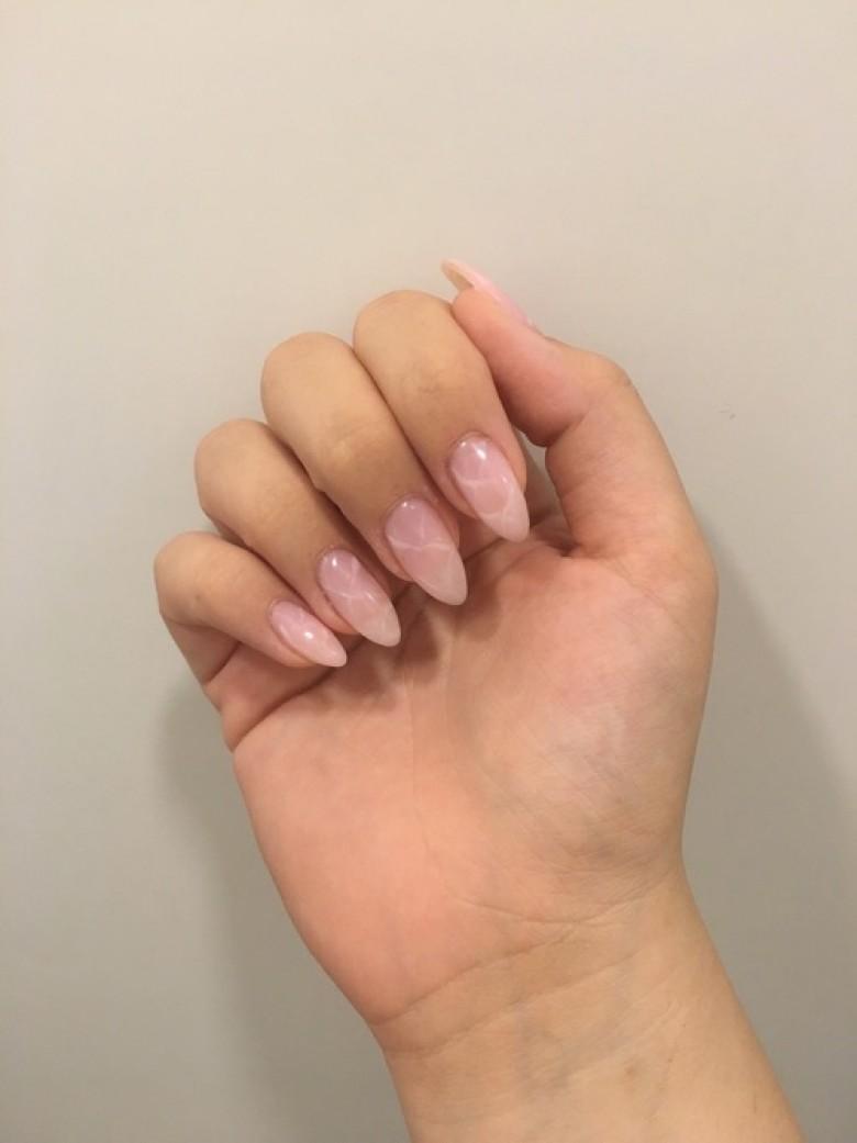 Мраморный маникюр на нарощенные ногти