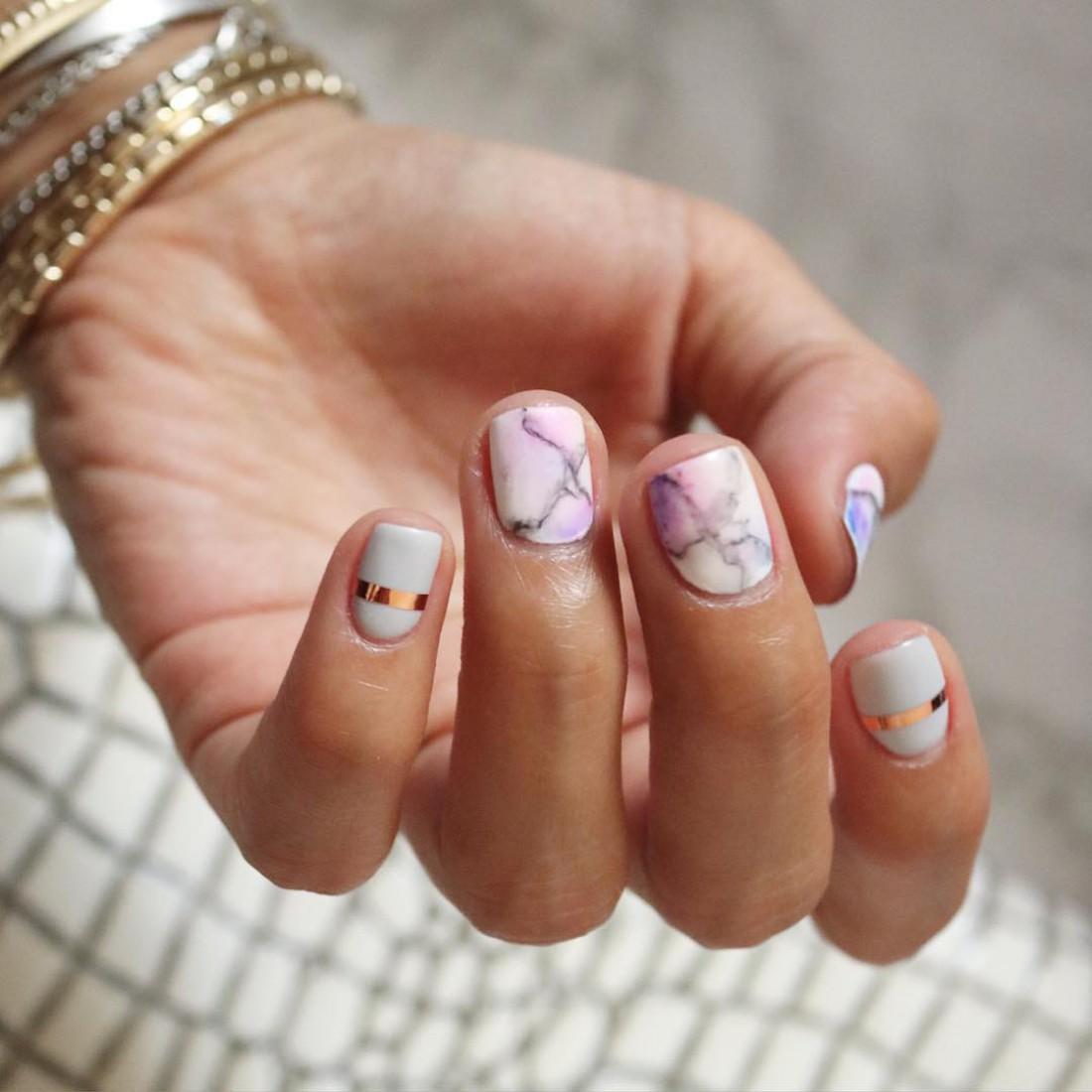 Мраморный маникюр дизайн коротких ногтей