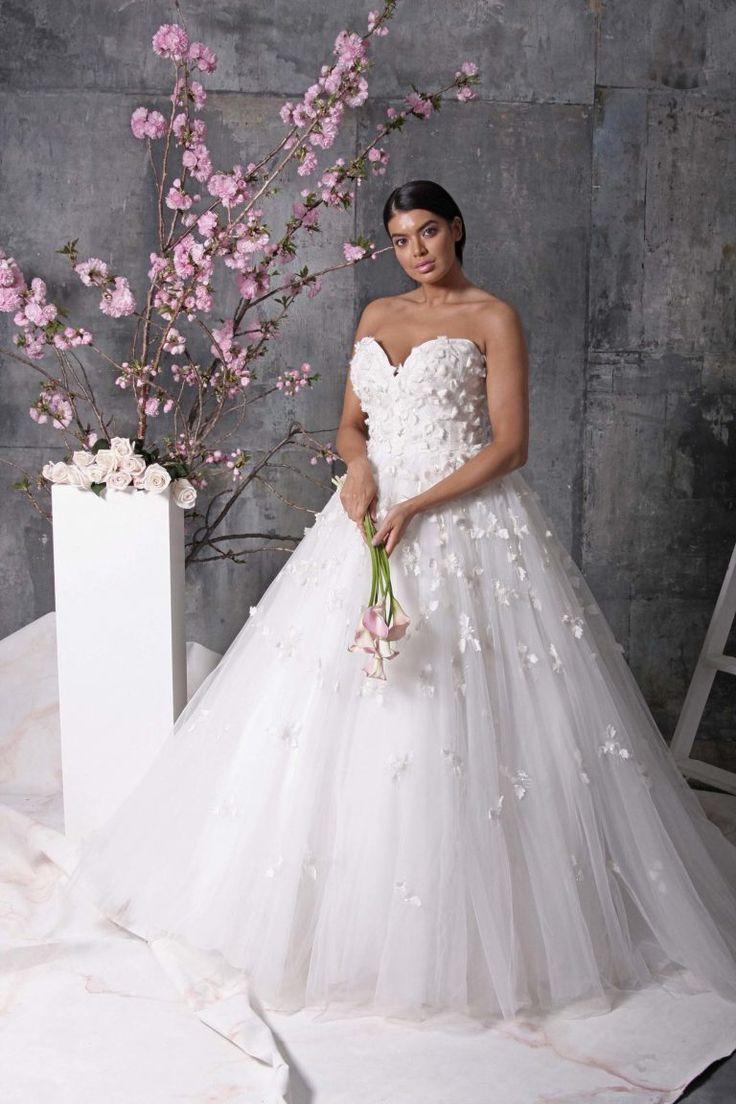 Свадебное платье для полных с объемным декором