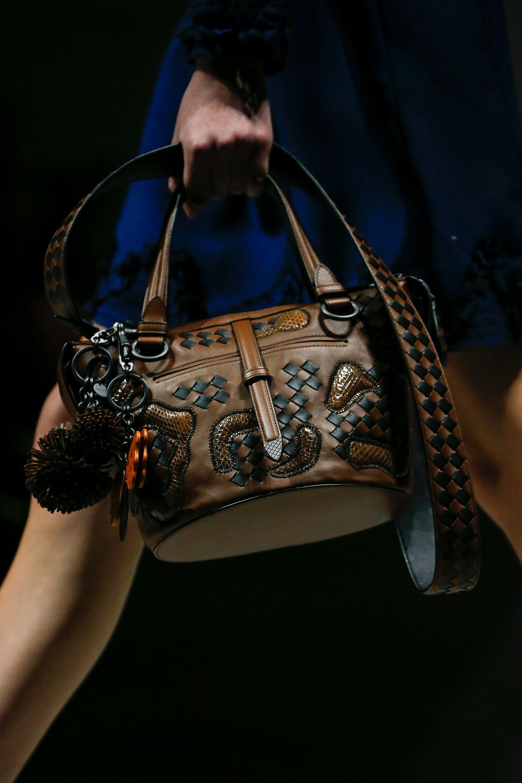 Кожаная сумка женская плетеная с брелоками