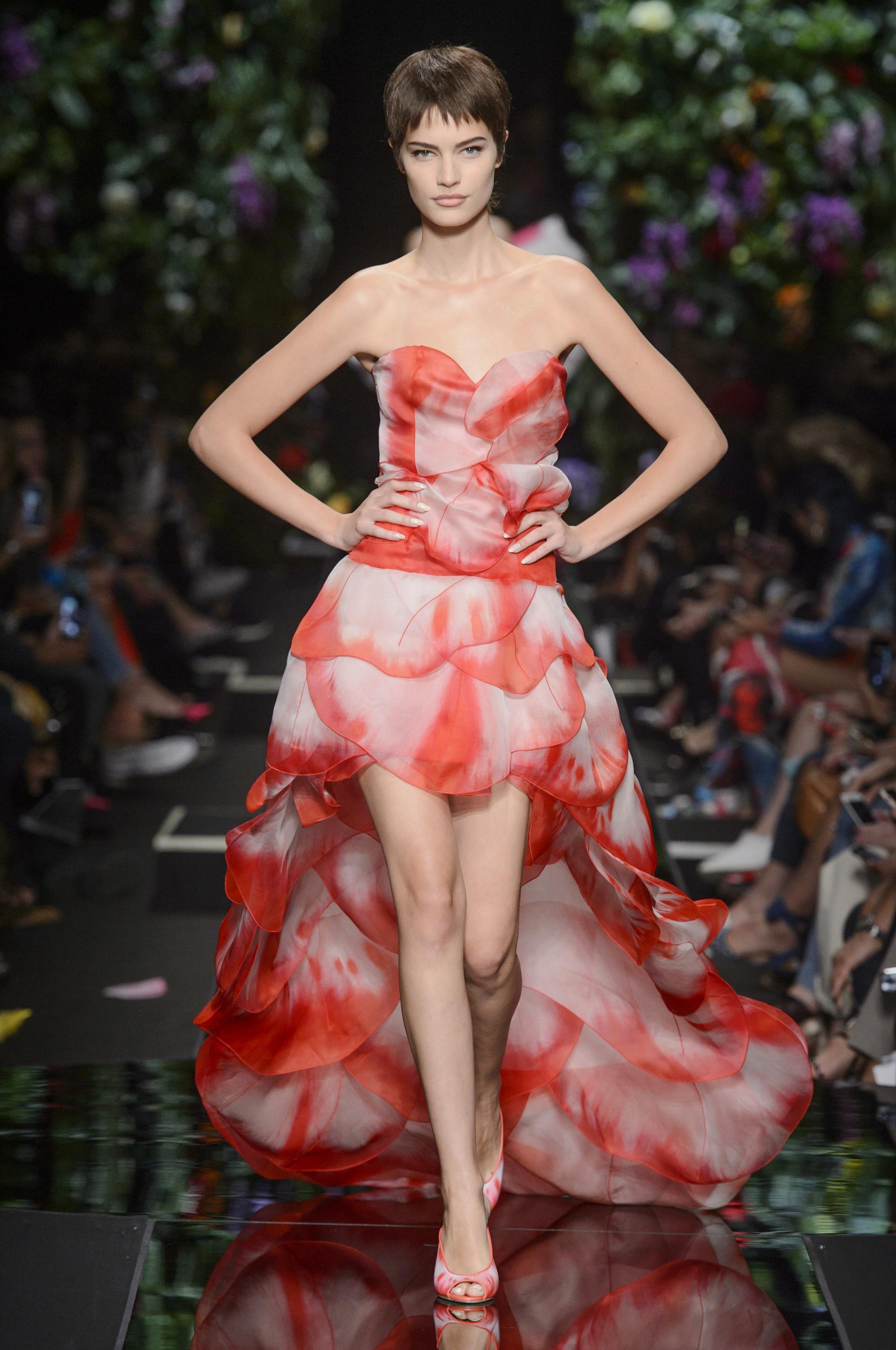 Moschino весна лето 2018 платье с асимметричным подолом
