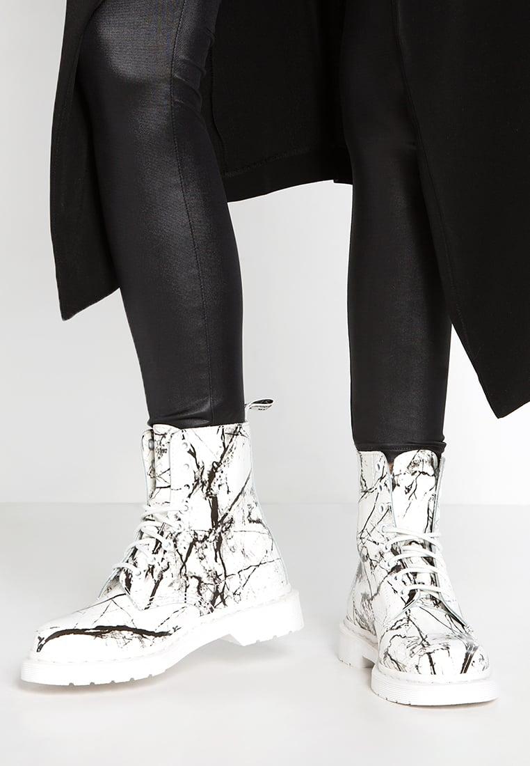 Белые ботинки с принтом