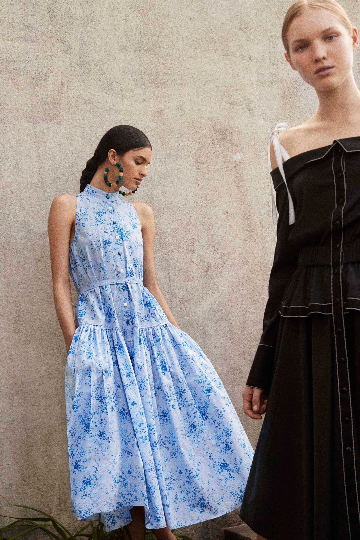 Расклешенное платье на пуговицах