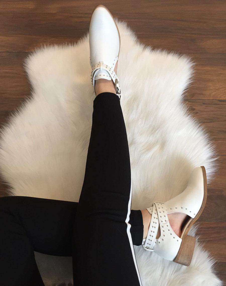 Белые ботинки с разрезами