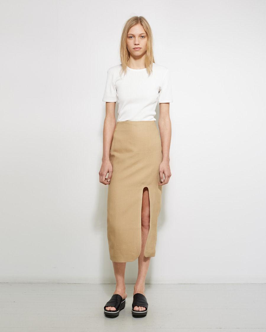 Бежевая юбка с разрезом
