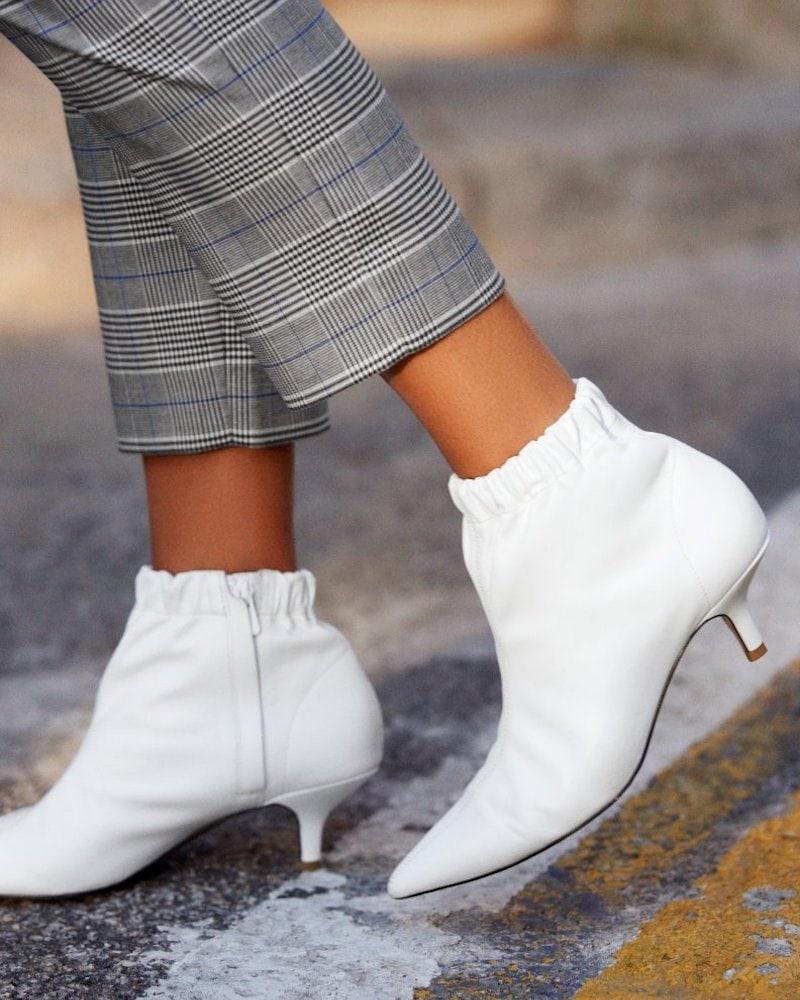 Белые ботинки с резинкой